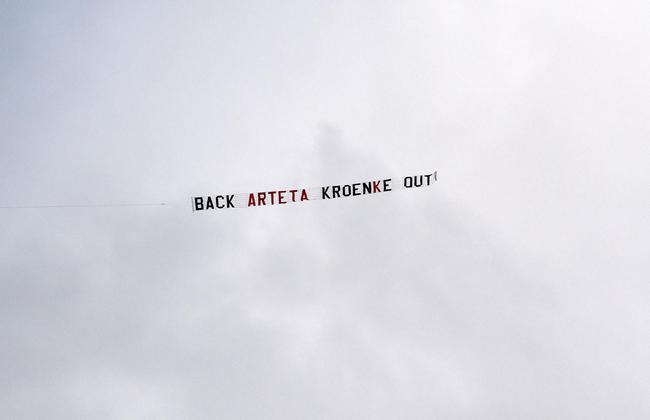 飞机标语:支持阿尔特塔,克伦克滚蛋
