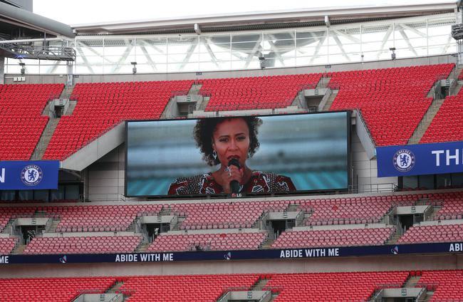 艾梅丽-桑德在温布利球场屋顶献唱